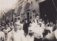Eine große Menschenmenge geleitet den Neupriester
