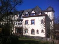 Villa mit den Fenstern des Gesinde-Treppenhauses