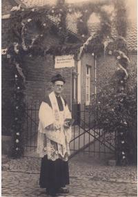 Friedrich Kaiser als Neupriester vor seinem Elternhaus