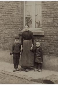 Friedrich Kaiser (links) mit seiner Mutter Wilhelmine